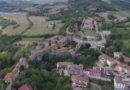 Sorvolando il castello di Varano de' Melegari. Parmense.net.